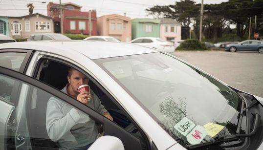 Αγανακτισμένοι οι οδηγοί της Uber: Κοιμούνται στο αυτοκίνητό τους για να βγάλουν τα προς το