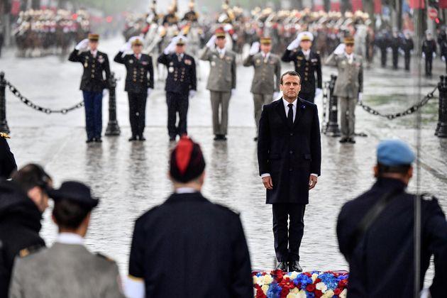 Macron sous la pluie devant la tombe du soldat