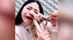Χταπόδι αμύνεται με τα πλοκάμια του σε vlogger που πάει να το φάει