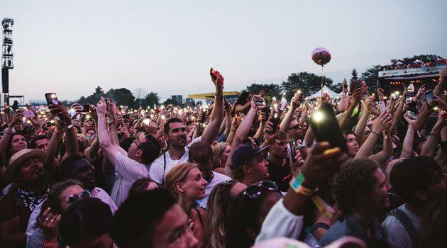 Des festivaliers profitent de la musique pendant l'édition 2018 d'Osheaga, au parc