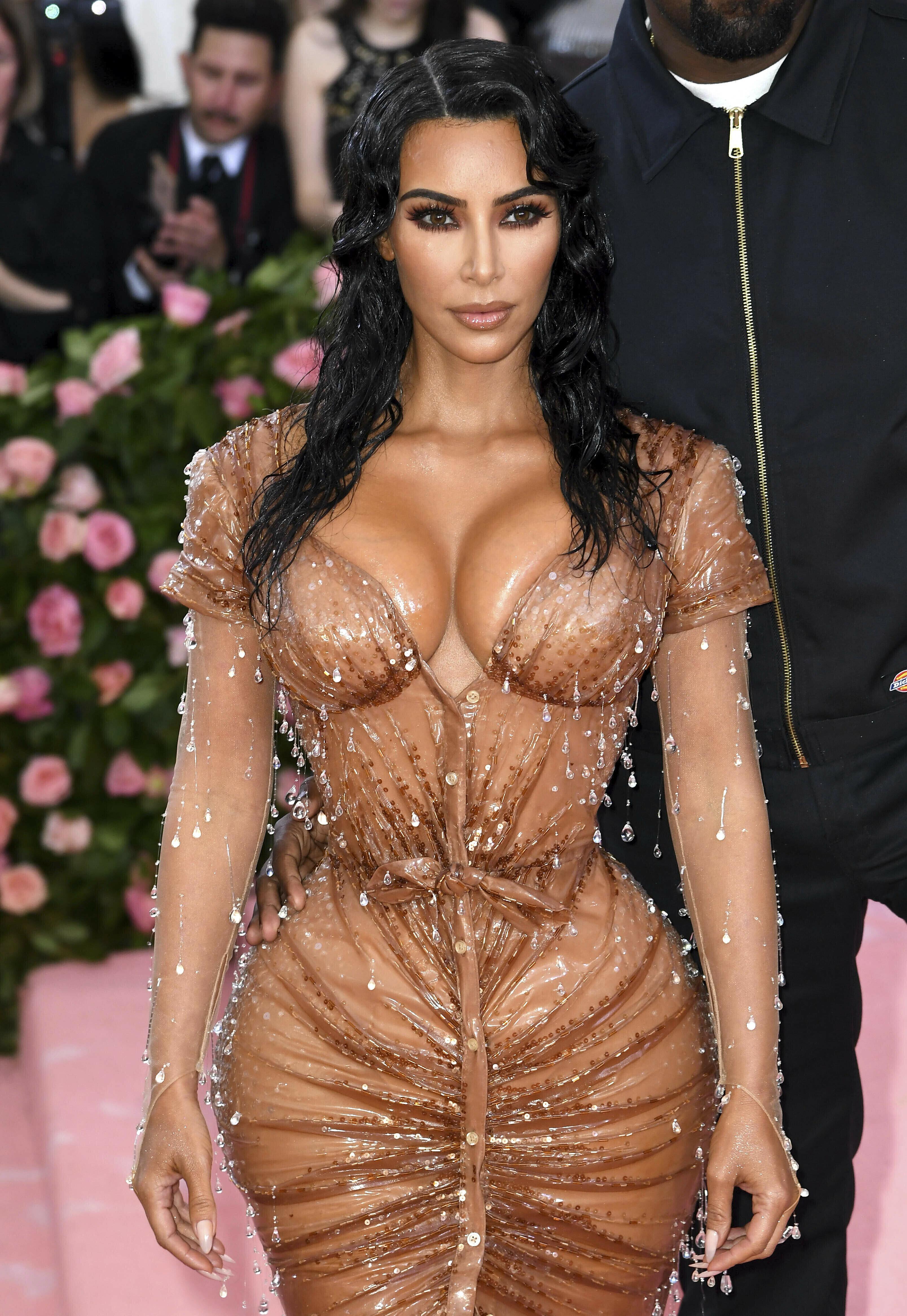 La taille «irréalistement mince» de Kim Kardashian pointée du