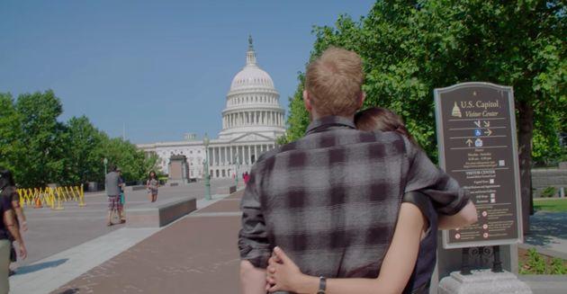 """Riley Roberts e Alexandria Ocasio-Cortez observam o Capitólio em cena de """"Virando o Jogo..."""