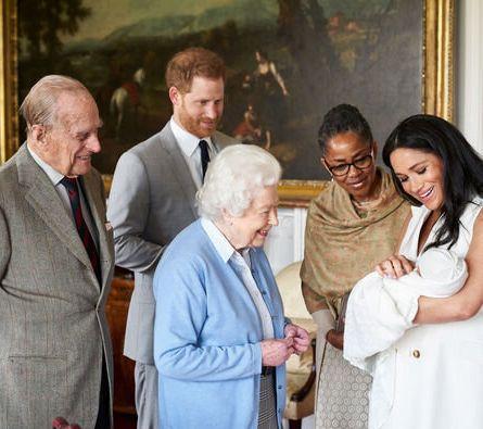 Meghan Markle présentant son fils, Archie, à la reineÉlisabeth
