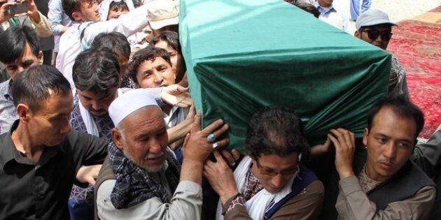 Afghan Shiites carry the coffin of a victim killedwhen a suicide attacker detonated explosive belts at a mass demonstration over the weekend.