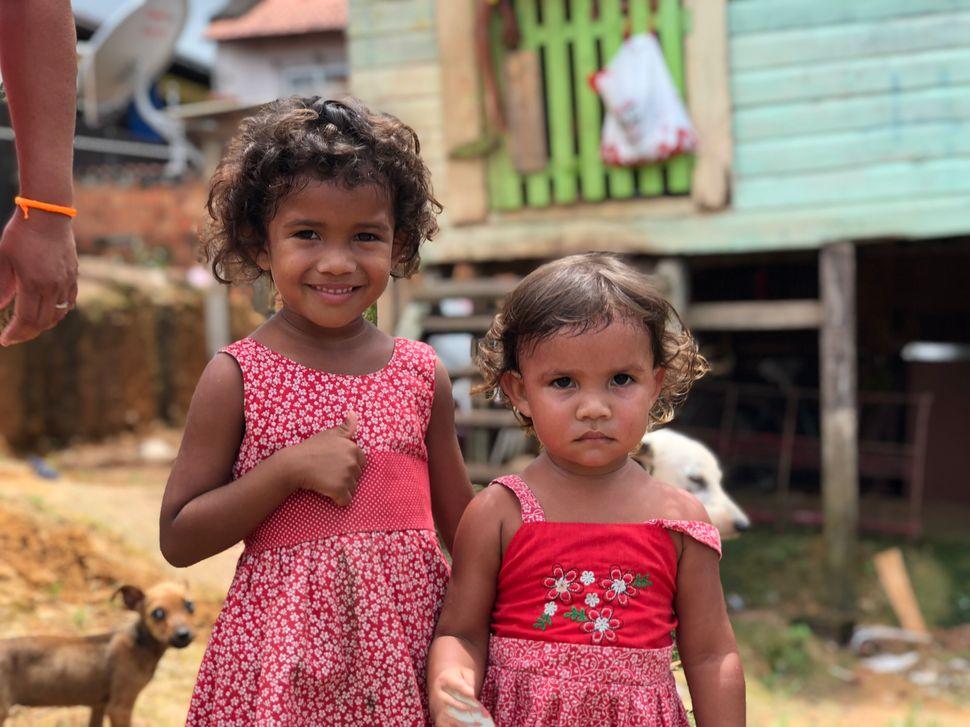 Dhaffiny, de 4 anos, eDjennifer, de 2, filhas da diaristaDarleni Silva (na foto acima, à...