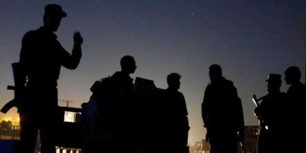 Afghan policemen keep watch near the site of a blast in Kabul, Afghanistan August 1, 2016.  REUTERS/Omar Sobhani