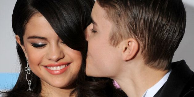 Singers Selena Gomez and Justin Bieber  arrive at the American Music Awards, in Los Angeles, California, on November 20, 2011. AFP PHOTO/VALERIE MACON (Photo credit should read VALERIE MACON/AFP/Getty Images)