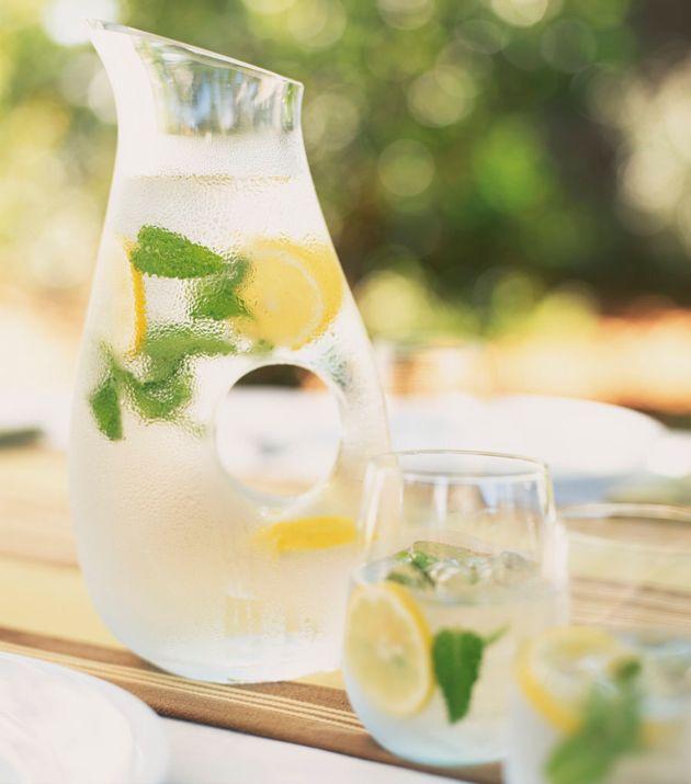 Não há nada de errado com a água com limão, apenas vá com calma ao vê-la como uma