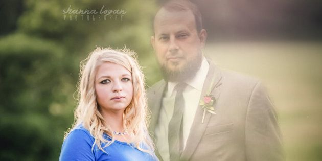 After Jesse's death, Amanda decided to includehim in the maternityphotos through Photoshop.