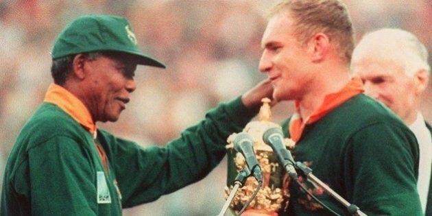 le capitaine de l'équipe de rugby d'Afrique du Sud, François Pienaar (D) est félicité par le Président...