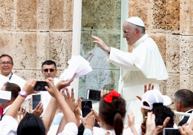 Pope Francis greets faithfuls.