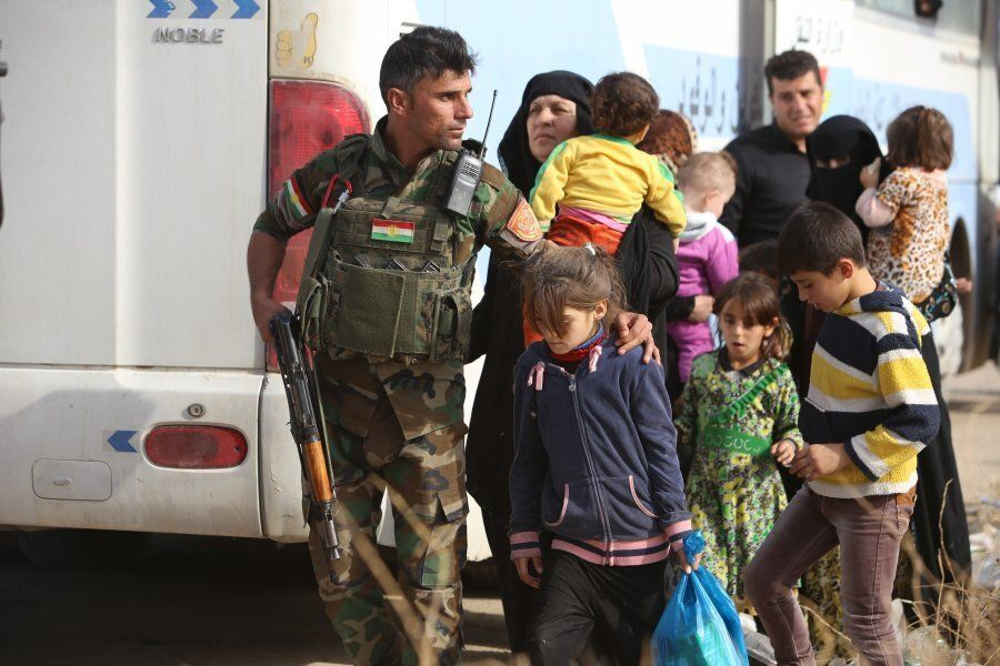 Iraqis on their way to Khazir refugee camp after fleeing from clashes in