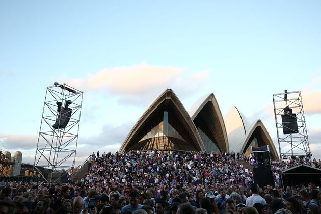 On November 24, Crowded House jammed for two hours to 6,000