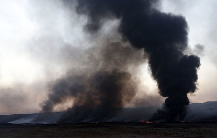 Smoke billows from a burning oil well, set ablaze by retreating Islamic State (IS) group's jihadists, in Qayyarah, some 60 kilometres (35 miles) south of Mosul on November 25, 2016.