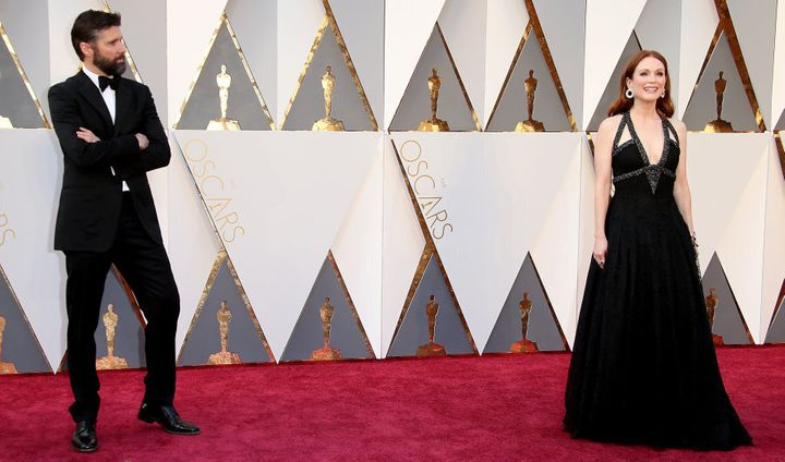 Julianne Moore stunning the crowd (including Bart Freundlich) on the red carpet at the 88th Annual Academy Awards.