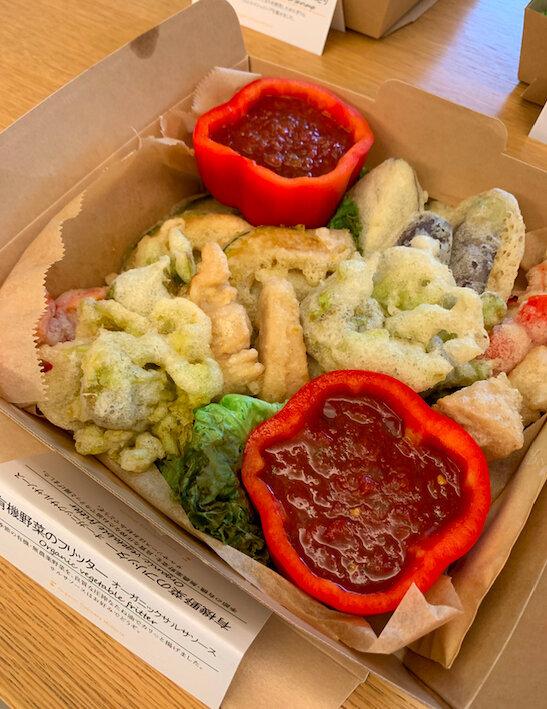 野菜フリッターのソースの容器はパプリカ。全部食べれちゃう。