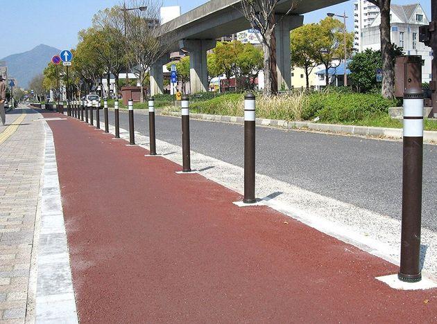 車止め(ポール)の参考写真。人や自転車が通る幅を残せば、横断歩道の手前にも設置が可能で、歩道への車の侵入を防止できる。