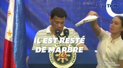 Le président philippin interrompu par... un énorme