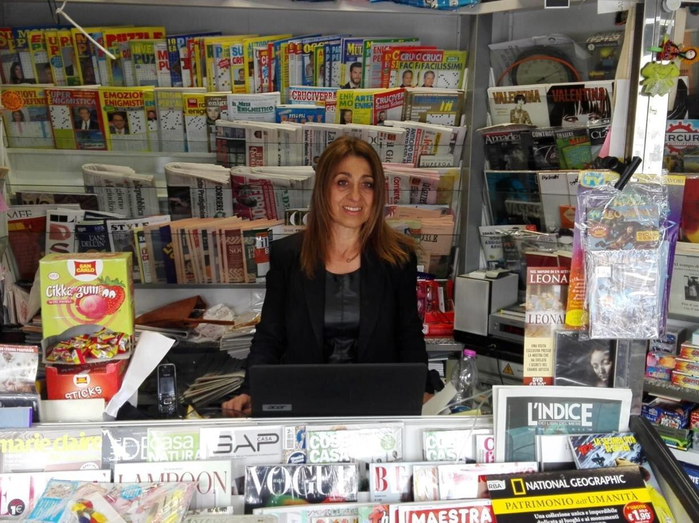 Corinna tiene aperta l'edicola della collega malata e lavora gratis per lei: