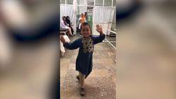 La danza del piccolo afgano con la gamba artificiale conquista i cuori di