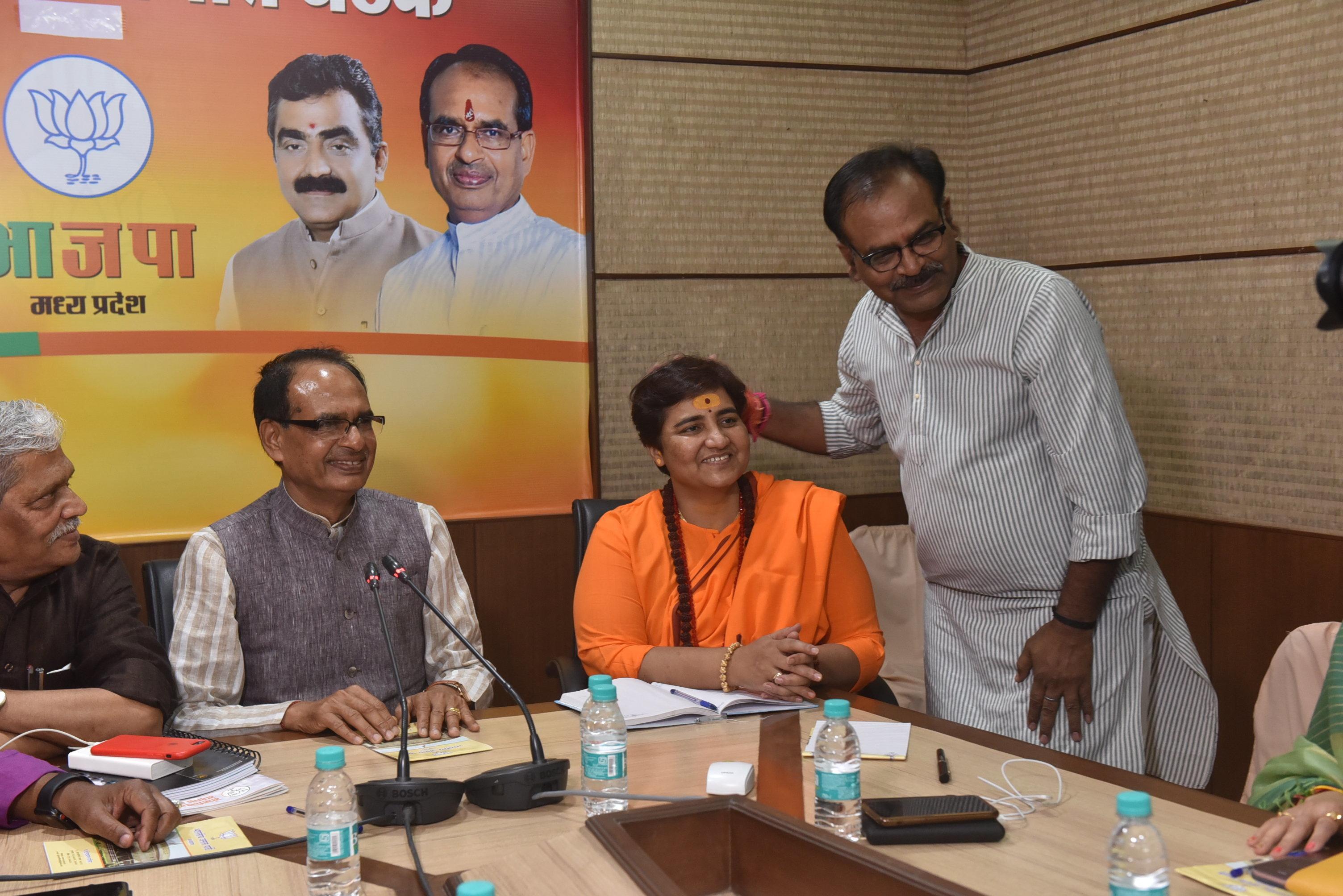 Will Pragya Thakur Beat Digvijaya Singh in BJP Bastion