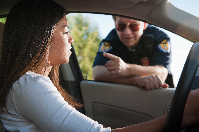 Αστυνομικός κάνει έλεγχο σε όχημα και μένει άφωνος με αυτό που η συνοδηγός βγάζει από το παντελόνι