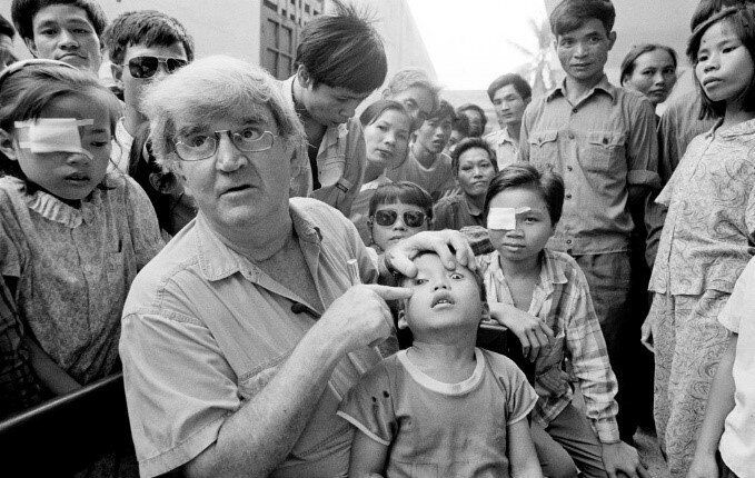 Fred Hollows with Giap in 1992