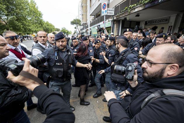 Primi denunciati per gli insulti ai rom a