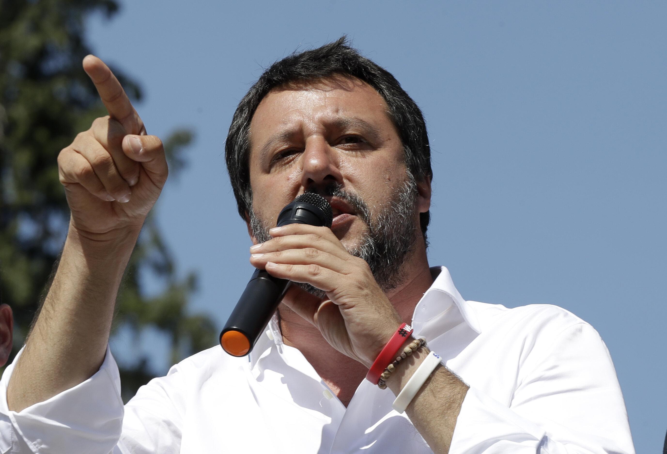 Matteo Salvini se ne frega: dal giubbotto Pivert alla difesa di Altaforte, continua a lisciare il pelo...