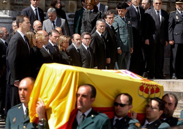 Rubalcaba, en el centro de la fila de autoridades, en el entierro de un guardia civil asesinado con un...