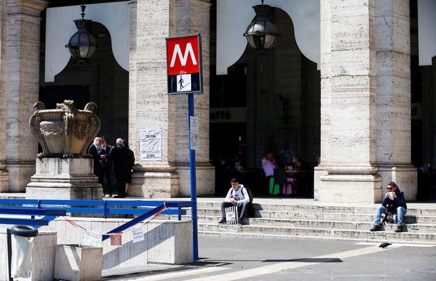 Slitta la riapertura della metro Repubblica a Roma. Raggi: