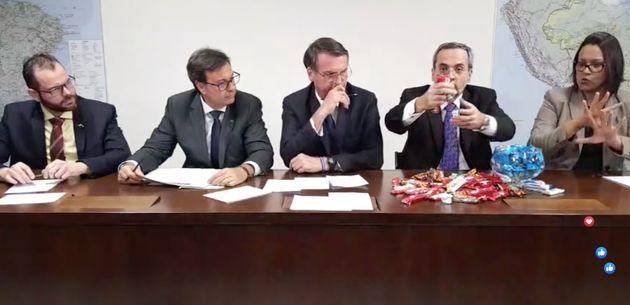 O ministro da Educação, Abraham Weintraub, despejou barras de chocolate sobre a mesa para...