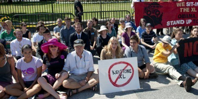 American actress Daryl Hannah (C) sits in front of the White House in Washington, DC, August 30, 2011,...