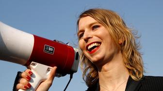 ARCHIVO - Foto de archivo, 18 de abril de 2018, de Chelsea Manning en un acto contra el fracking en Baltimore. Nueva Zelanda autorizó el viernes, 31 de agosto del 2018, la entrada al país de Manning para una gira de conferencias, un día después de que los organizadores dijeron que no se le permitiría ingresar a Australia. (AP Foto/Patrick Semansky)