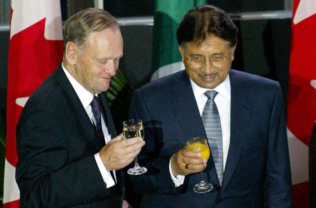Former Canadian Prime Minister Jean Chretien (L) shares a toast with Pakistan President Pervez Musharraf during a state dinner in Ottawa, Sept. 25, 2003.