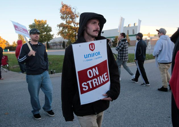 Unifor Local 444 union members picket outside the Integram (Magna) Seating plant after voting to reject a tentative agreement in Tecumseh, Ont., Nov. 6, 2016.