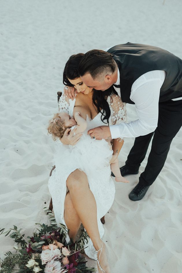 결혼식 도중 아기에게 모유 수유를 하는 신부들의 눈부신 모습