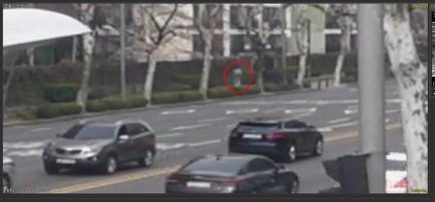 지난 3월27일 서울 강남구의 한 아파트단지 입구에서 A씨(29)가 전동휠을 운전하는 모습(서울 수서경찰서