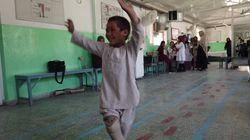 Cet enfant afghan danse pour célébrer sa nouvelle