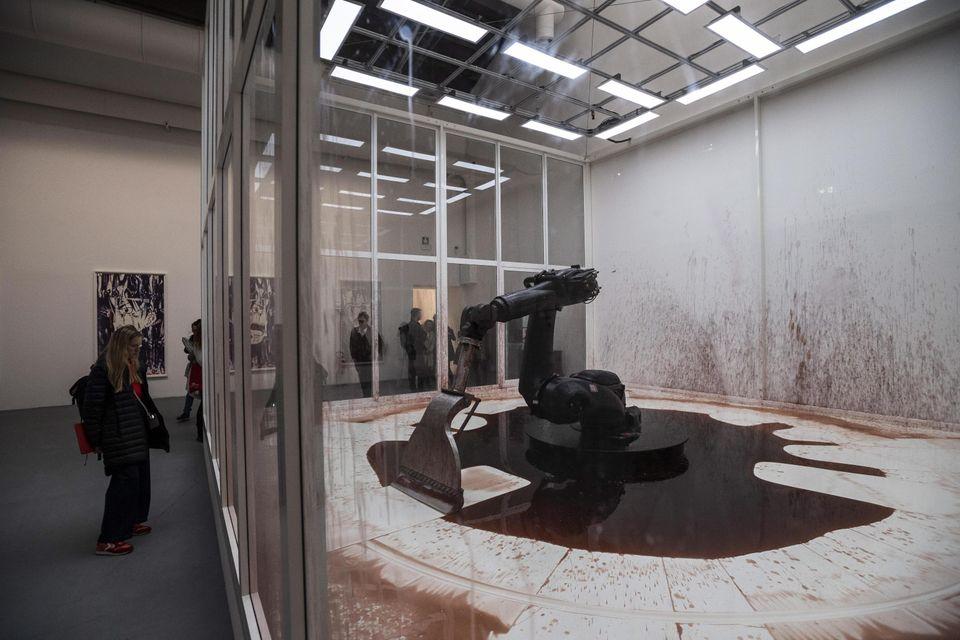 L'installazione degli artisti cinesi Sun Yuan e Peng Yu alla Biennale 2019 a