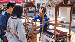 Ιαπωνία: Γιατί μια πόλη απαγορεύει στους τουρίστες να τρώνε ενώ