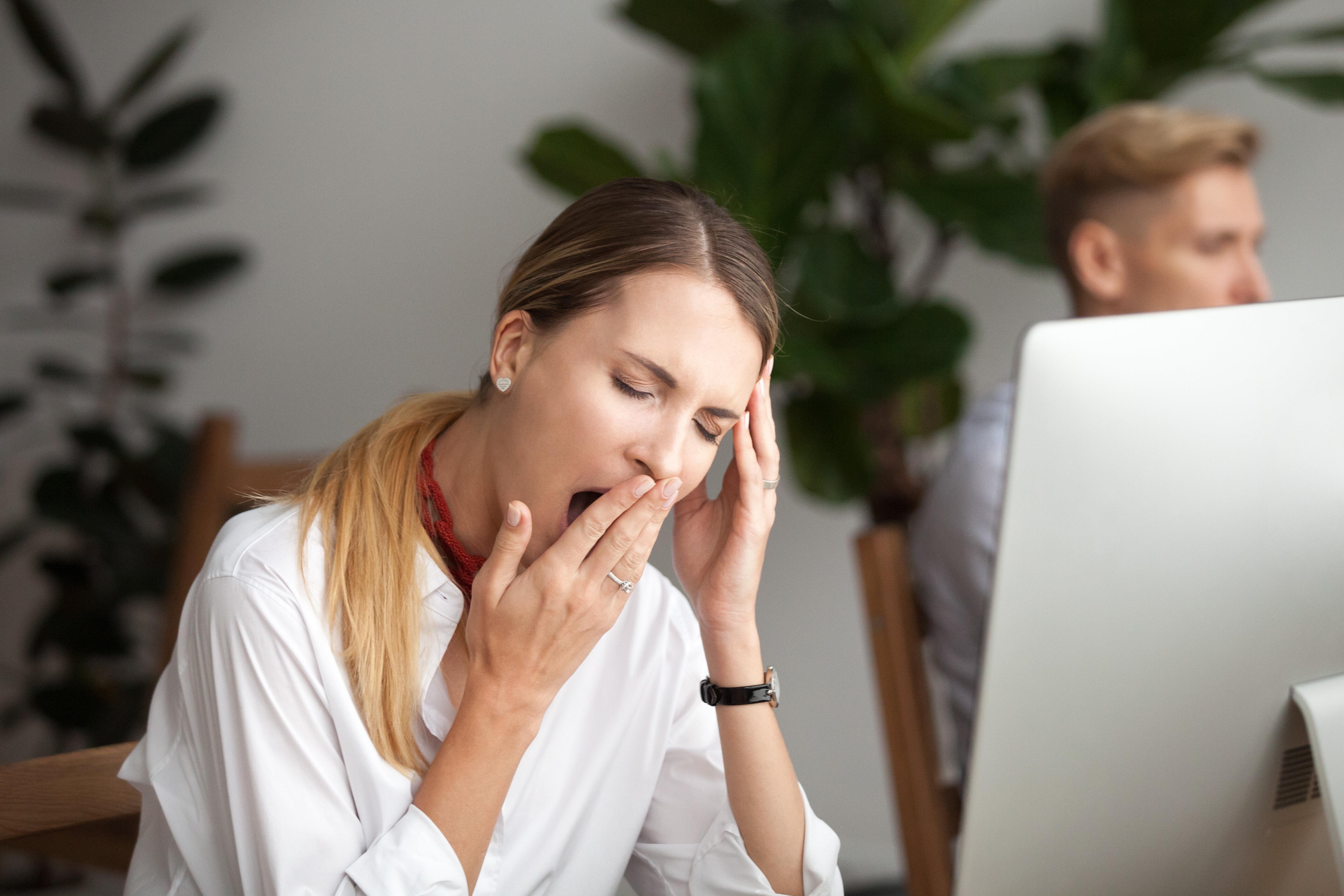 Ecco cosa succede al cervello quando lavori dopo aver dormito meno di sei