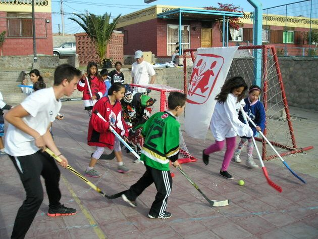 Chilean children play ball hockey in jerseys donated from kind-hearted