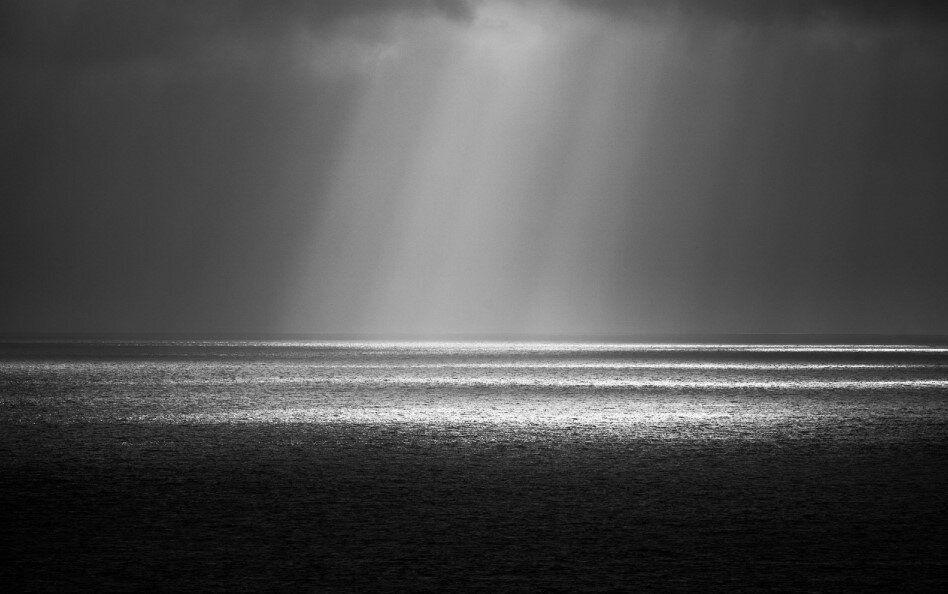 I raggi del Sole che passano attraverso i varchi nelle nubi formano dei fasci