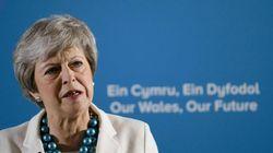 Theresa May, au bord des larmes, annonce qu'elle démissionnera le 7