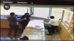 Ont. Jewelry Store Employees Fight Off Would-Be Robbers With