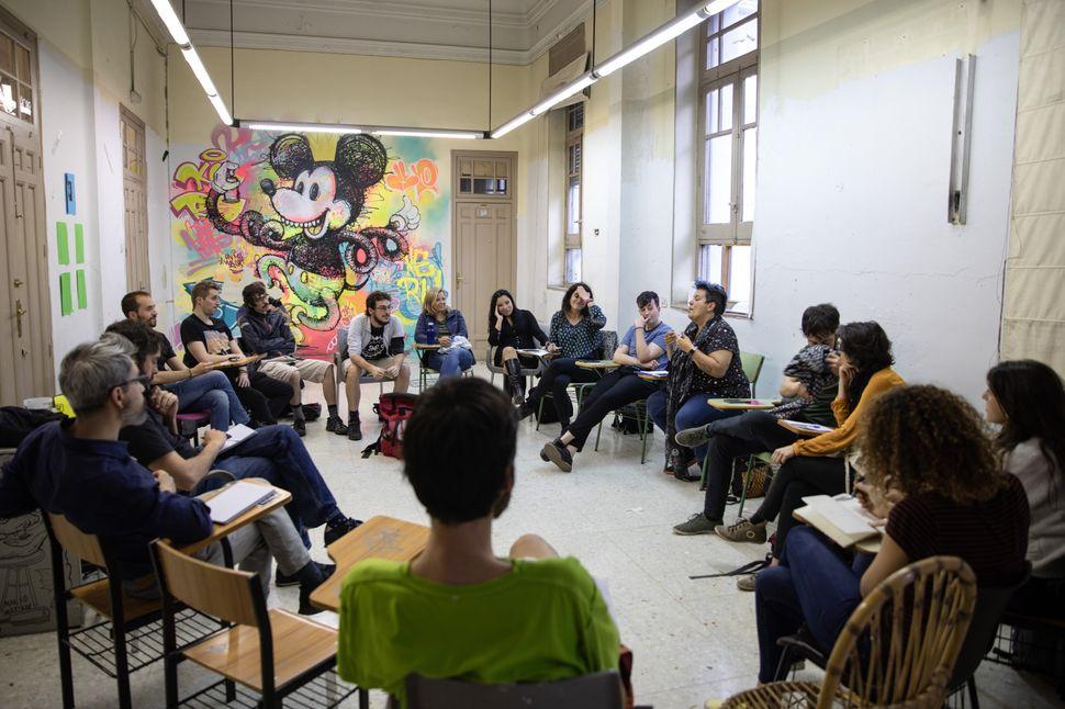 Un colectivo celebra una asamblea en la segunda planta del