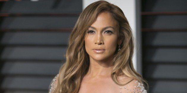 Jennifer Lopez arrives to the 2015 Vanity Fair Oscar Party February 22, 2015 in Beverly Hills, California.AFP PHOTO/ADRIAN SANCHEZ-GONZALEZ        (Photo credit should read ADRIAN SANCHEZ-GONZALEZ/AFP/Getty Images)