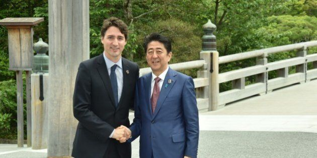 ISE, JAPAN - MAY 26: Japanese Prime Minister Shinzo Abe (R) and Canadian Prime Minister Justin Trudeau...