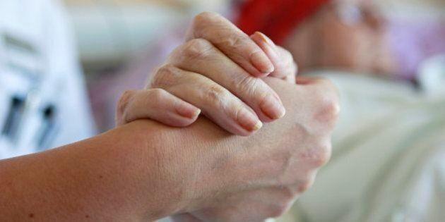Eine Krankenschwester haelt am Dienstag, 8. Juli 2008, auf der Palliativstation im
